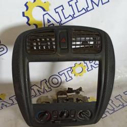 Mazda 323 Familia 2000 год, центральная панель